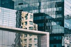 Riflessioni sulle finestre di vetro di costruzione corporativa Fotografia Stock Libera da Diritti