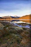 Riflessioni in un loch scozzese ghiacciato Fotografie Stock