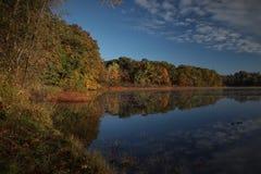 Riflessioni variopinte del lago fotografie stock