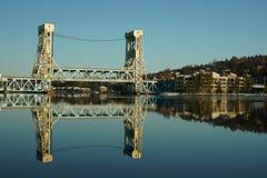 Riflesso del ponte di ascensore di Portage nel canale immagini stock
