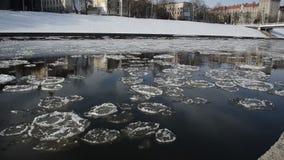 Riflesso nelle viste della città del fiume fa galleggiare i grandi pezzi ghiacciano archivi video