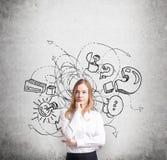 Riflettere bella signora sta provando a continuare idea di affari Uno schizzo dalle icone di affari, l'esclamazione ed i punti in Fotografia Stock