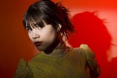 Riflettore della giovane donna sugli occhi Fotografia Stock