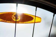 Riflettore della luce arancio della bicicletta fotografie stock