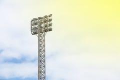 riflettore dello stadio con il fondo del cielo immagine stock libera da diritti