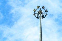 Riflettore Palo, illuminazione di via sotto il cielo blu Fotografia Stock Libera da Diritti