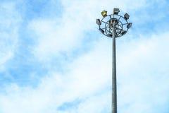 Riflettore Palo, illuminazione di via sul cielo blu Immagini Stock