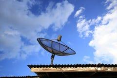 Riflettore parabolico con cielo blu Fotografia Stock Libera da Diritti