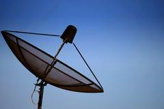Riflettore parabolico con il cielo Fotografie Stock