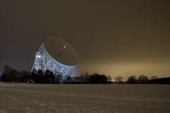 Riflettore parabolico della banca di Jodrell alla notte nella neve Fotografie Stock Libere da Diritti