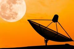Riflettore parabolico di comunicazione sul tetto con la parte posteriore del cielo del supermoon Immagine Stock
