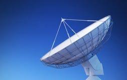 Riflettore parabolico o antenna radiofonica contro cielo blu 3D ha reso l'illustrazione Immagine Stock Libera da Diritti
