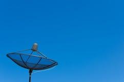 Riflettore parabolico sul fondo del cielo blu Fotografia Stock Libera da Diritti