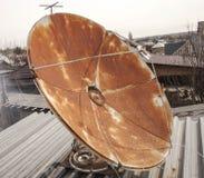Riflettore parabolico sul tetto, arrugginito, Fotografie Stock Libere da Diritti