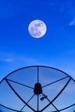Riflettore parabolico sul tetto con il fondo del cielo notturno del supermoon Fotografie Stock