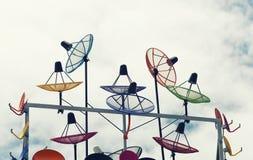 Riflettore parabolico variopinto luminoso sul tetto della residenza Fotografia Stock Libera da Diritti