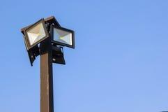 Riflettore, posta della lampada sul fondo del cielo blu Fotografia Stock Libera da Diritti