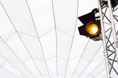 Riflettore sul fascio in una tenda foranea Fotografia Stock Libera da Diritti