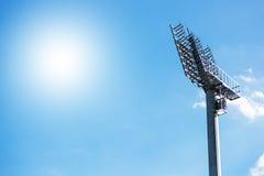 Riflettore sulla torre di illuminazione dello stadio Fotografia Stock Libera da Diritti