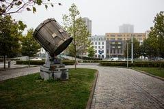 Riflettore in un parco fuori di una stazione ferroviaria belga fotografie stock libere da diritti