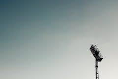 Riflettori del proiettore dello stadio contro il cielo immagine stock libera da diritti