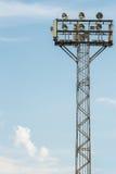 Riflettori dello stadio con il fondo del cielo blu Fotografia Stock