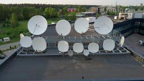Riflettori parabolici che trasmettono e che ricevono i segnali di radiodiffusione della televisione digitale Metraggio aereo di D video d archivio