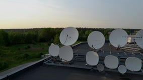 Riflettori parabolici che trasmettono e che ricevono i segnali di radiodiffusione della televisione digitale Metraggio aereo di D stock footage