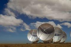 Riflettori parabolici enormi del Th della matrice di ALMA sul plateau di Chajnantor Fotografia Stock Libera da Diritti