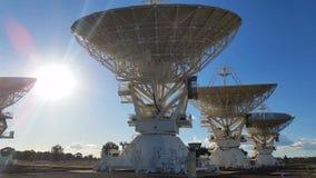 Riflettori parabolici - matrice commovente del compatto del radiotelescopio - scienze spaziali video d archivio