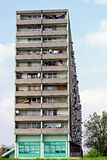 Riflettori parabolici sulla facciata di un blocchetto di torretta fotografia stock