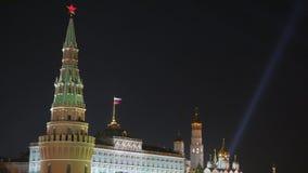 Riflettori sopra il Cremlino di Mosca e la cattedrale del basilico della st Vista di notte stock footage