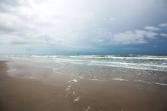 Riflusso e flusso dell'acqua dell'oceano Immagini Stock