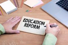 Riforma di istruzione di scrittura della mano Scrivania con un computer portatile e una cancelleria Fotografia Stock Libera da Diritti