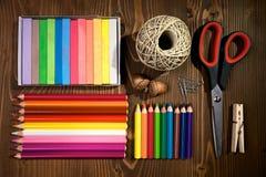 Rifornimenti colorati di arte delle matite Immagini Stock Libere da Diritti