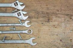 Rifornimenti degli strumenti su un fondo di legno, chiave Fotografia Stock