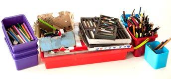 Rifornimenti della cancelleria della scuola sulla tavola Acce del posto di lavoro dei bambini Fotografie Stock Libere da Diritti