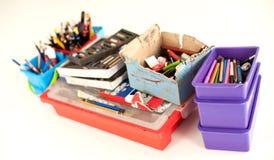 Rifornimenti della cancelleria della scuola sulla tavola Acce del posto di lavoro dei bambini Immagini Stock