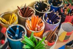Rifornimenti della cancelleria della scuola sulla tavola Acce del posto di lavoro dei bambini Fotografia Stock Libera da Diritti