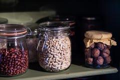Rifornimenti della cucina sullo scaffale Barattoli con i fagioli nel PA della cucina Immagini Stock Libere da Diritti
