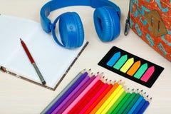 Rifornimenti di banco Istruisca lo zaino, il libro, le matite di colore, taccuino Immagine Stock Libera da Diritti