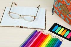 Rifornimenti di banco Istruisca lo zaino, le matite di colore, taccuino con il g Fotografia Stock