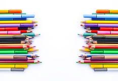 Rifornimenti di banco Di nuovo agli elementi di disegno del banco matite colorate su fondo bianco Fotografia Stock Libera da Diritti