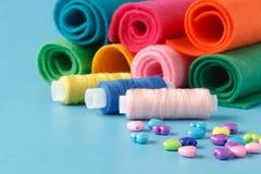 Rifornimenti di cucito, fili colorati, pezzi di panno colorati, needl Immagini Stock Libere da Diritti
