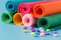 Rifornimenti di cucito, fili colorati, pezzi di panno colorati, needl Fotografia Stock