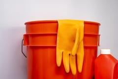 Rifornimenti di pulizia arancio contro un fondo pulito per copia-spazio fotografie stock libere da diritti