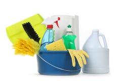 Rifornimenti di pulizia in bianco della famiglia in una benna Fotografia Stock Libera da Diritti