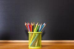 Rifornimenti di scuola con la lavagna Fotografie Stock Libere da Diritti