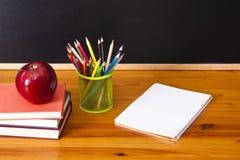 Rifornimenti di scuola con la lavagna Fotografia Stock Libera da Diritti