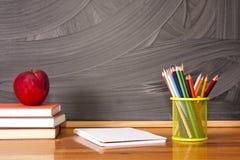 Rifornimenti di scuola con la lavagna Immagine Stock Libera da Diritti
